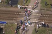 """Велогонщики одноденки """"Париж - Рубе"""" ледь не потрапили під потяг"""