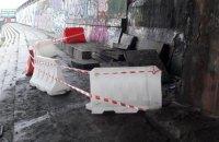 На набережной Днепра под мостом Метро в Киеве обвалились облицовочные плиты