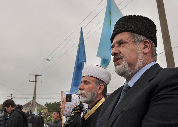 Справа - глава Меджлиса Рефат Чубаров