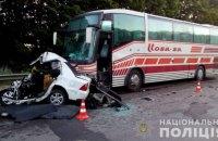 На трасі біля Харкова Geely потрапив під автобус, загинув водій