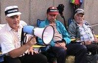 Под окнами Азарова более двух недель голодают чернобыльцы