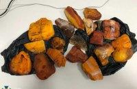 Житель Ровно пытался вывезти из Украины более 5 кг уникального янтаря-сырца