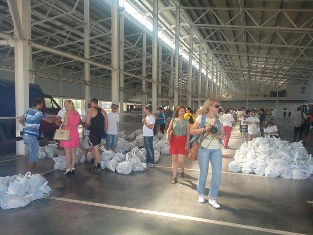 Гуманитарный груз на складе в Мариуполе