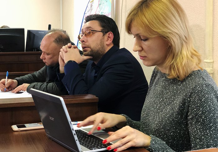 Прокурор Максим Смирнов (посередине), Олег Король и Юлия Науменко – адвокаты пострадавших