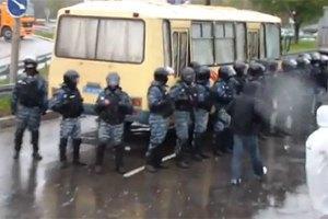 """У Київ із Межигір'я стягнули 25 автобусів """"Беркута"""""""