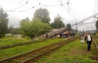 Во Львове на проезжую часть улицы упала электричка
