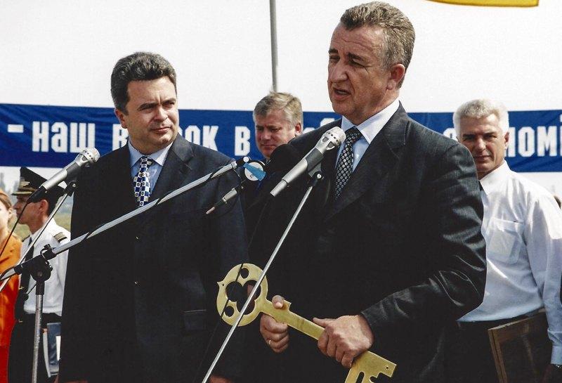 Міністр транспорту Георгій Кірпа під час церемонії введення в експлуатацію серійного літака Ан-140, Харків, 22 серпня 2002 року
