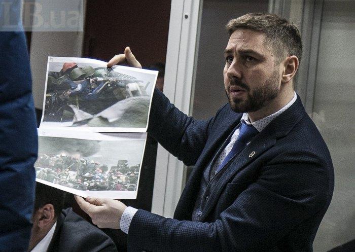 Адвокат Горошинський показує барикаду, з якої начебто стріляли майданівці