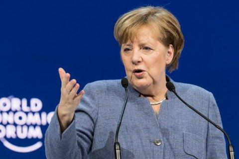 Меркель рассчитывает на избрание немца Вебера преемником Юнкера