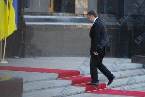 Янукович узяв участь у піднятті Державного прапора