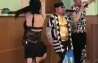 Через напівголих танцівниць у Херсонській ОДА звільнили трьох чиновників