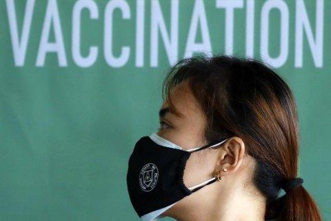 В уряді США заявили, що вакцинованим проти ковіду носити маски не потрібно