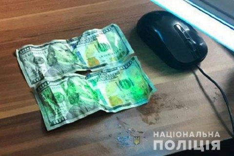 Спійманий на хабарі прикордонник намагався з'їсти $200 під час затримання