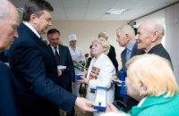 В Виннице Януковича уберегли от общения с людьми, спрятав их под замок