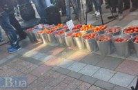 Защитники антикоррупционных законов принесли под ВР помидоры