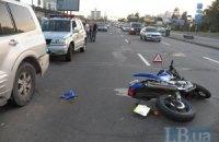 На Броварском шоссе в Киеве внедорожник сбил мотоциклиста и скрылся