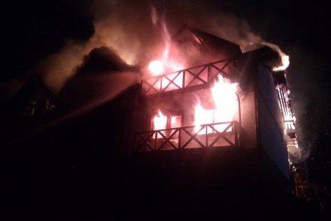 В Буковеле ночью сгорел отель, в котором проживало 25 человек