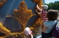 В ботсаду Киева создали лилию из карандашей