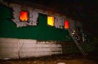 Пожежу на складах військового екіпірування у Ворзелі гасили всю ніч, один постраждалий