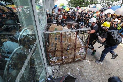 Митингующие вГонконге просят Трампа опомощи