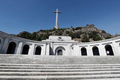 Власти Испании распорядились перезахоронить останки диктатора Франко