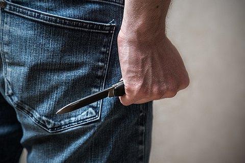 У метро Харкова п'яний чоловік поранив ножем поліцейського