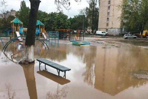 В Киеве из-за прорыва трубы детскую площадку затопило кипятком
