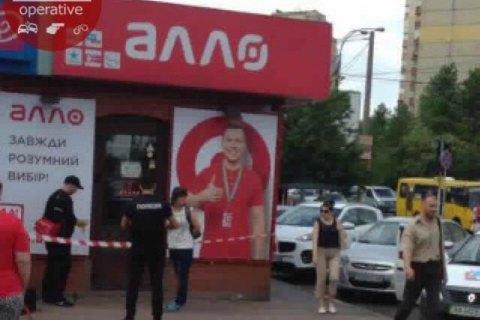 УКиєві озброєний чоловік пограбував магазин мобільних телефонів
