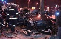 В Киеве Mercedes влетел в опору рекламного щита