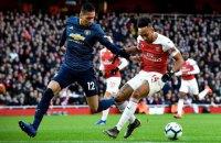"""Фанат """"Арсеналу"""" вибіг на поле і штурхнув гравця """"Манчестер Юнайтед"""""""