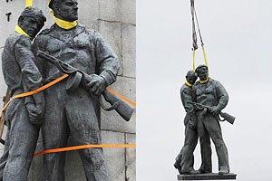 На Почтовой площади демонтировали памятник героям ВОВ