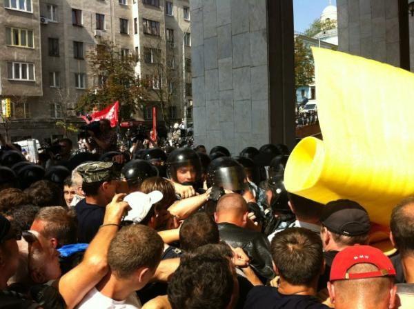 Потасовки между участниками митинга и Беркутом