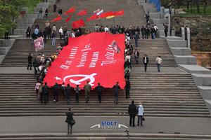 В Одессе на Потемкинской лестнице развернули гигантское Знамя Победы