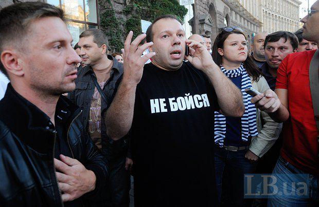 Денис Олейников во время акции на Крещатике, проведению которой помешала милиция