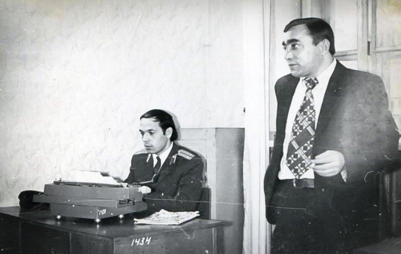 Інспектор карного розшуку Ленінського РВВС у м.Чернівці Геннадій Москаль (зліва), 1975 р