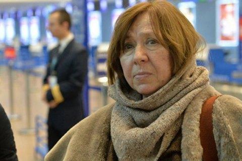 Нобелівську лауреатку Світлану Алексієвич викликали на допит у Білорусі