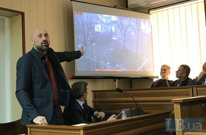 Прокурор Яніс Симонов показує місце загибелі Братушки