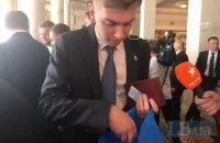 Депутатам вместе с удостоверением выдали Конституцию и регламент