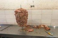 В Киеве нашли подпольное производство мясных заготовок для шаурмы