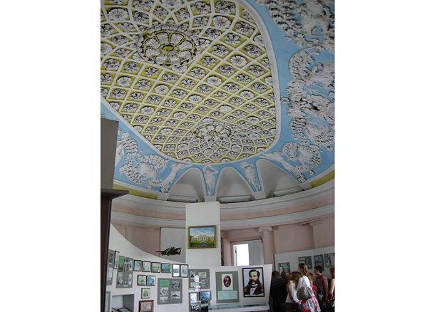 Бальный зал, превращенный в музейный