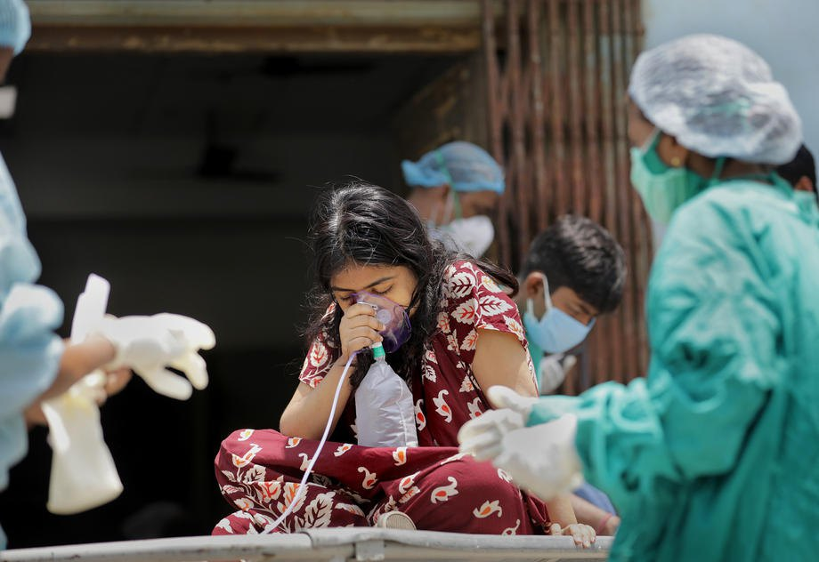 Госпитализация пациента с подозрением на коронавирус COVID-19 в больницу Калькутты, 24 апреля 2021 г.