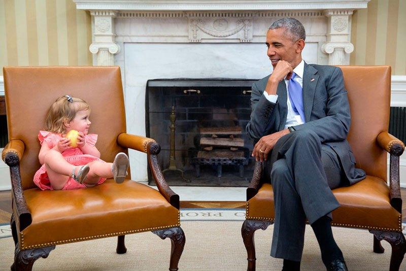 Барак Обама с дочерью Дэвида Аксельрода, стратега его предвыборного штаба на выборах 2008 и 2012 годов. 22 июня 2016 года