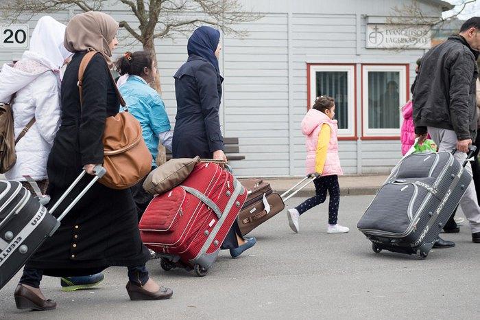 Сирийские беженцы, прибывающие в пограничный входной лагерь Фридланд возле Геттингена, Германия, 04 апреля 2016 года
