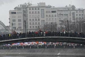 В Москве может обвалиться мост с митингующими