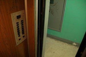У Росії 18-річного хлопця відправили під суд за напис у ліфті