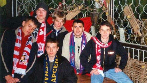 Павло Клименко у фіолетовому шалику Арсенала. Разом з іншими вболівальниками цього клубу