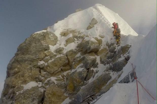 НаЕвересті обвалився скелястий схил біля вершини, відомий якСходинка Гілларі