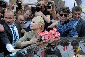 Тимошенко в СИЗО решили завалить цветами