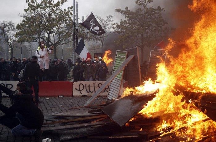 Зіткнення демонстантів та поліції під час акції жовтих жилетів на площі Італії в Парижі, 16 листопада 2019