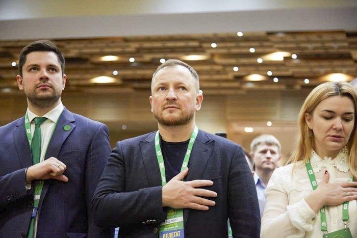 Александр Качура (слева) с однопартийцами во время cъезда партии 15 февраля 2020